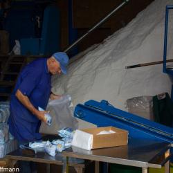 Salz abpacken in den Salinen von Fuencaliente de la Palma