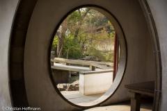 typische runde Maueröffnugn im Garten des bescheidenen Beamten in Suzhou
