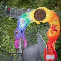 Eingang zur Klammgeistweg mit Regenbogenschlangentor
