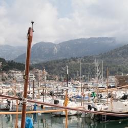 Hafen von Port de Soller mit den Bergen des Tramuntana Gebirges